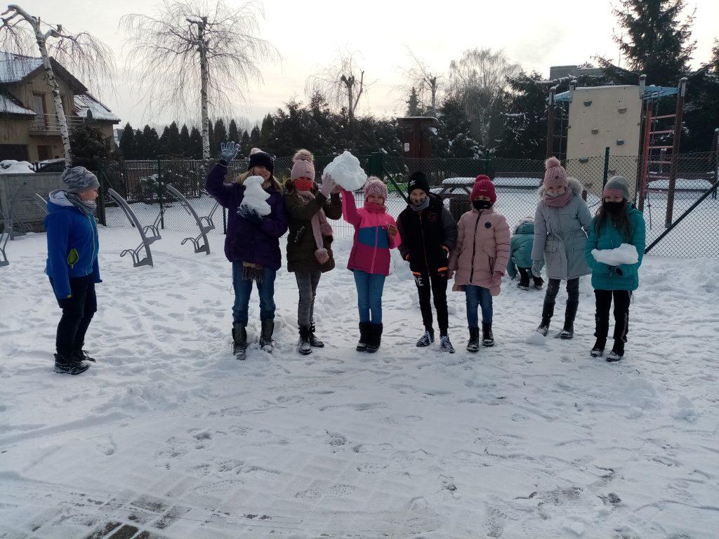 Bezpieczne zabawy zimowe kl. 3 B